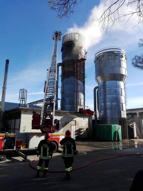 Incendio del silo nella fabbrica Seta di sedie a Manzano ...