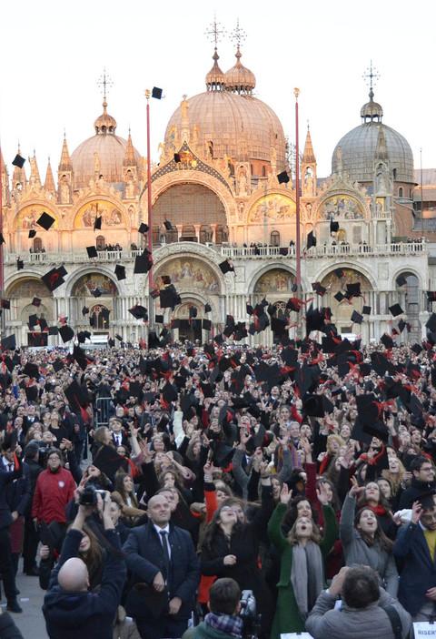 Calendario Lauree Ca Foscari.Ca Foscari Giorno Della Laurea Per 1 148 In Piazza San