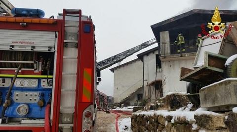 Fiamme in una terrazza coperta: intervenuti 12 pompieri con 4 mezzi