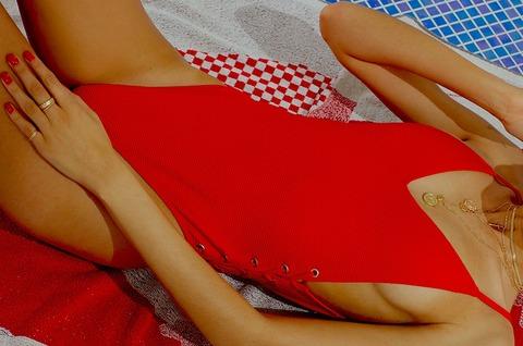 Sognare Costume Da Bagno Rosso : La donna in costume da bagno rosso si tufferà nel mare foto