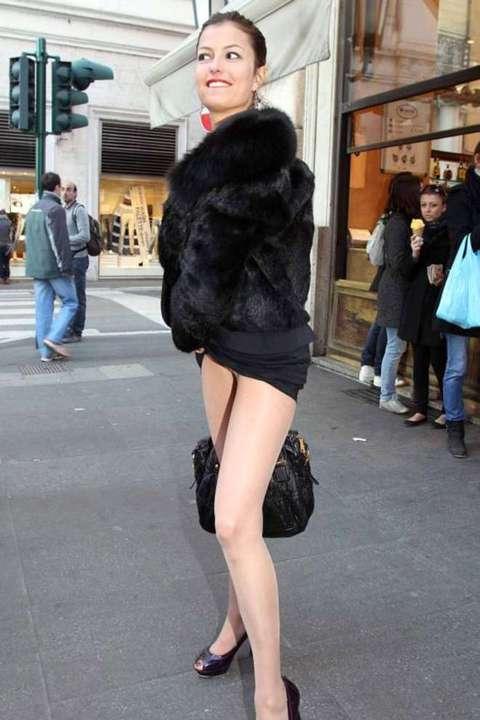 Sara tommasi convegno e strip in strada il - Spogliarello in bagno ...