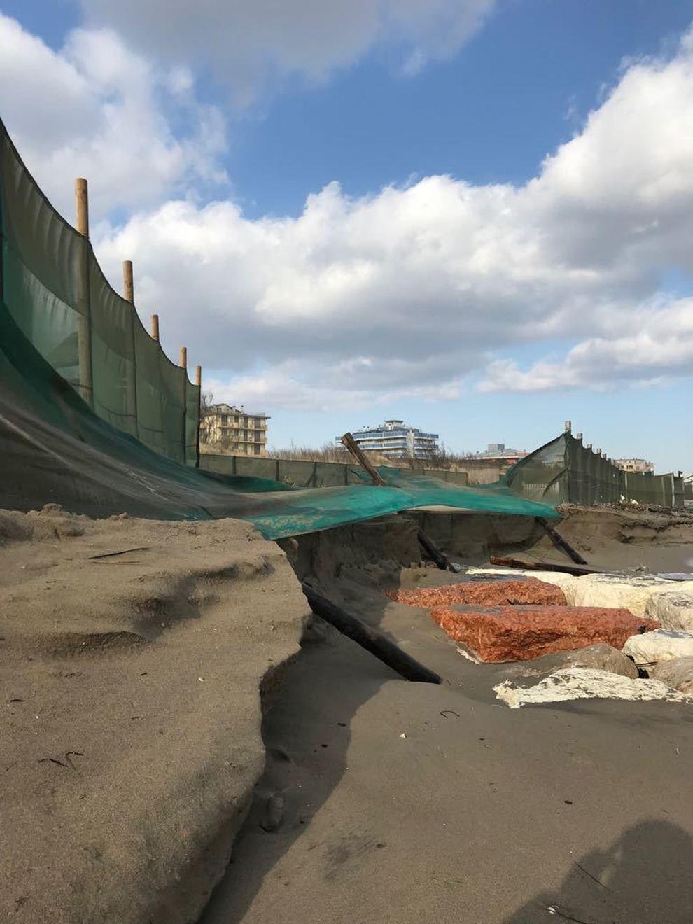 Matrimonio Spiaggia Isola Verde : Il buran si mangia la spiaggia di isola verde