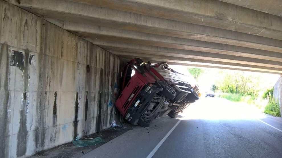 Camion incastrato nel sottopasso a Maserada sul Piave - Il Gazzettino